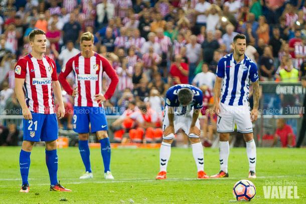 Gameiro se dispone a lanzar el penalti. / Foto: Daniel Nieto (VAVEL)