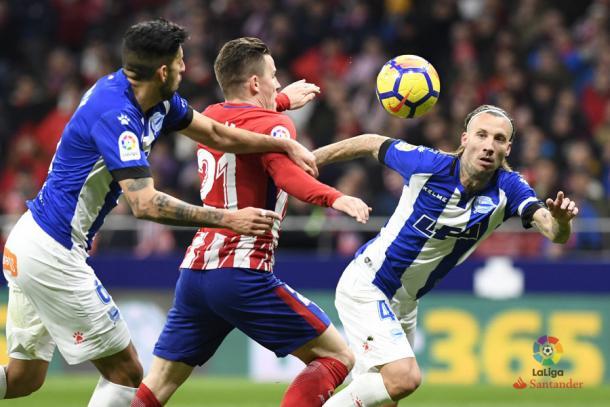 Alexis y Maripán defienden a Gameiro. / Foto: LaLiga
