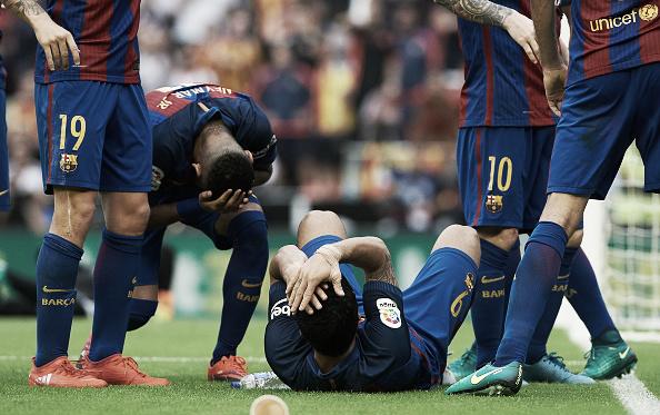 Momento em que a garrafa atirada pelos torcedores do Valencia atinge Neymar e Suárez (Foto: NurPhoto/ Getty Images)