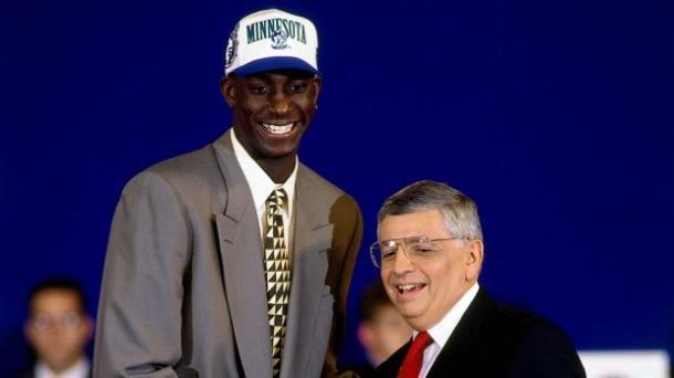 Fue el jugador más joven en disputar un partido NBA: 19 años y 11 meses de edad.