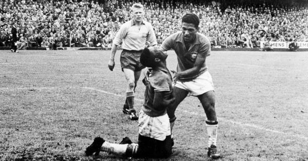 Pelé e Garrincha comemoram o título mundial de 1958, na Suécia (Foto: FASS)
