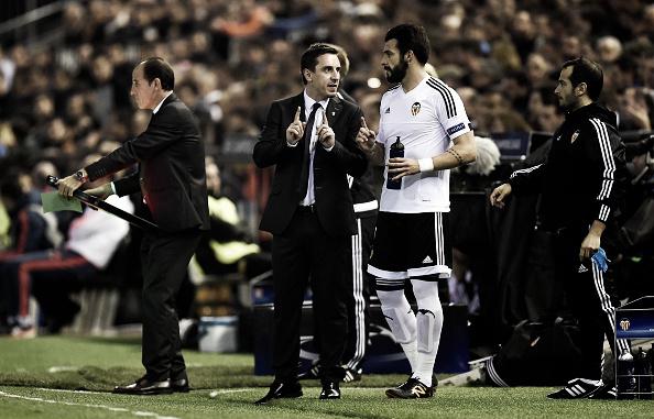 Neville e Negredo. De nada adiantou a chegada do novo treinador (Foto: Alex Caparros -Getty Images)