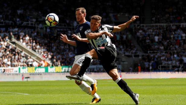 Gayle intentando finalizar una jugada para el Newcastle. Foto: premierleague