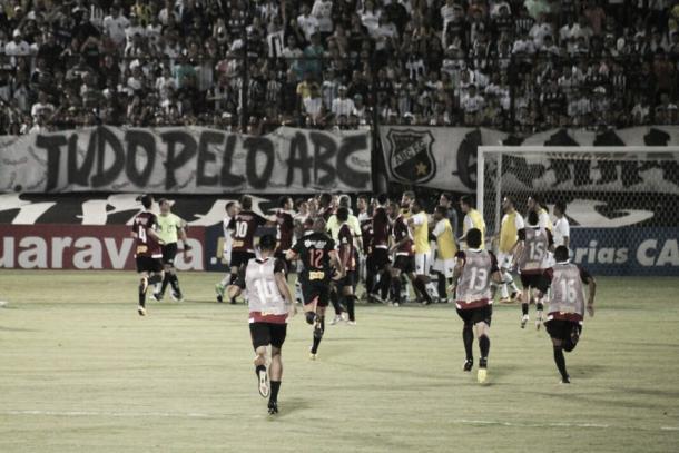 Intervalo teve confusão entre jogadores (Foto: Ney Gusmão/VAVEL Brasil)