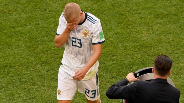 Smolnikov se retira expulsado. Foto: FIFA