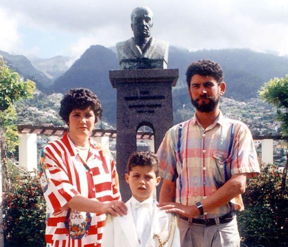 Maria Dolores y José Dinis Aveiro junto al pequeño Cristiano