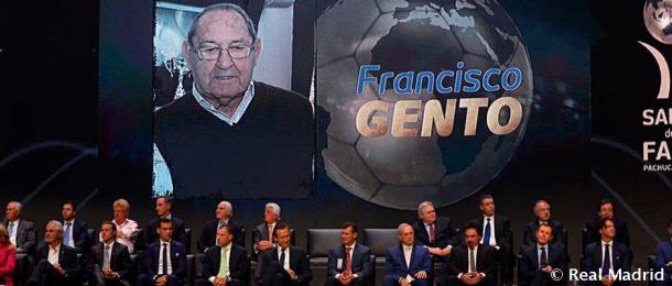 Paco Gente, miembro del Salón de la Fama de la FIFA, junto a los demás representantes del Real Madrid / Fuente: Real Madrid Web Oficial