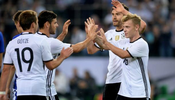 Germany players celebrate with Max Mayer. | Photo: foottheball.com