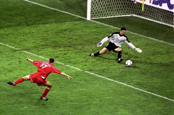 Gerrard anotando el segundo gol para su equipo. Fuente: liverpoolmuseum.com