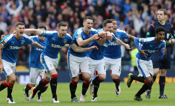 Rangers celebrate the penalty victory over Celtic | Photo: irishmirror.ie
