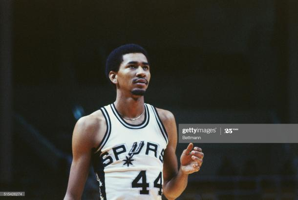 George Gervin en un partido con los Spurs / Getty Images