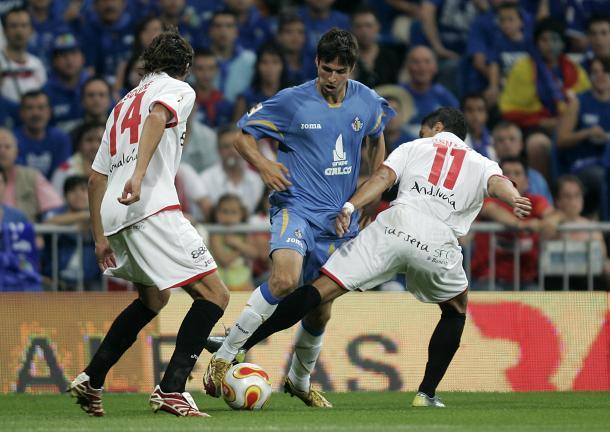 Del Moral intenta regatear a Escudé y Renato en la final de Copa. Fuente: Getafe CF