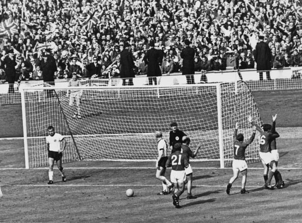 Jogadores ingleses comemoram gol validado pela arbitragem; lance foi alvo de estudos científicos, que comprovaram que a bola não entrou | Foto: Getty Images