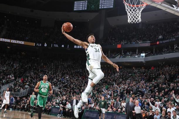 El griego Antetokuonmpo machaca el aro. Foto: NBA.