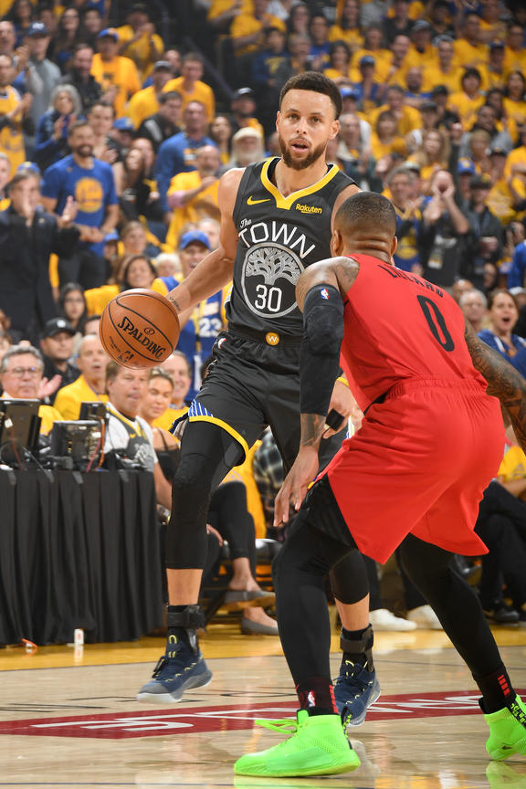 Choque galáctico. Lillard intenta evitar el tiro de la figura de los Warriors. Foto: NBA.