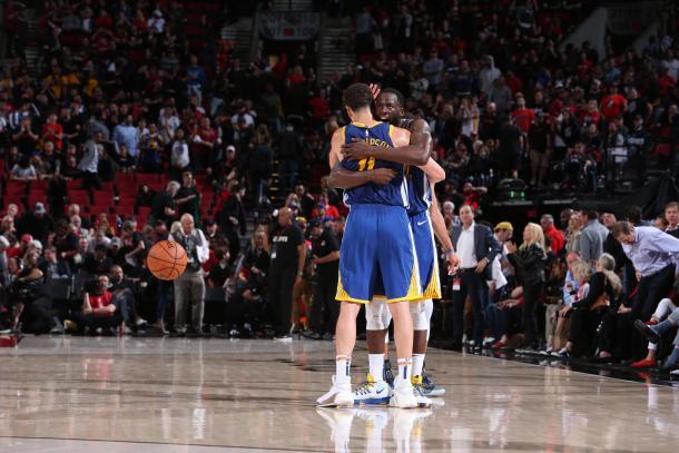 Thompson y Green se abrazan y saborean una nueva final. Foto: NBA.