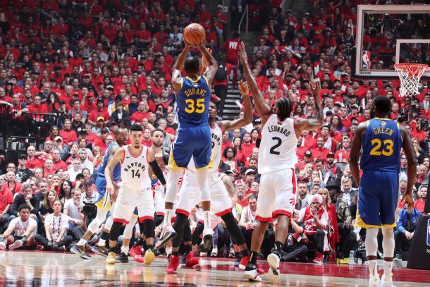 Durant encestó 11 puntos en sólo 12 minutos en cancha. Tras una lesión en su talón de aquiles, tuvo que dejar la cancha. Foto: NBA.