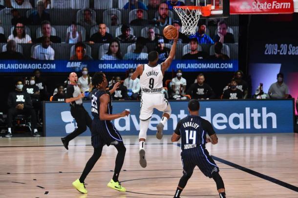 Cabrrot trata de anotar a aro pasado. Fuente: Brooklyn Nets