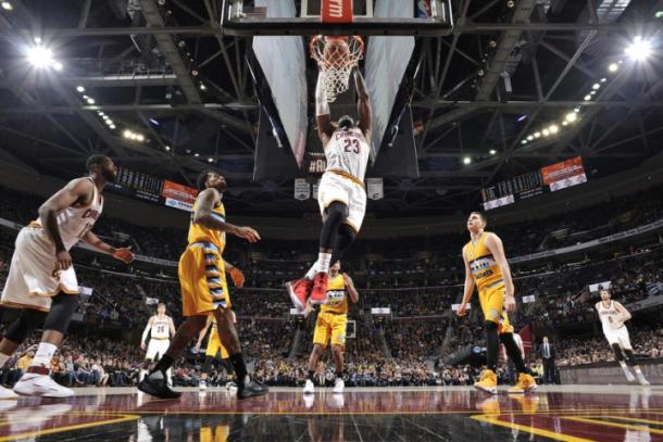 LeBron with one of his slam dunks l Photo: David Liam Kyle - Getty Images