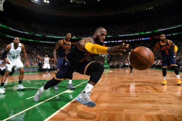 LeBron James in difesa. Brian Babineau/NBAE via Getty Images