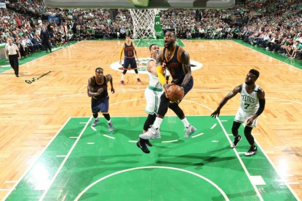 LeBron James al ferro contro i Celtics. Brian Babineau/NBAE via Getty Images