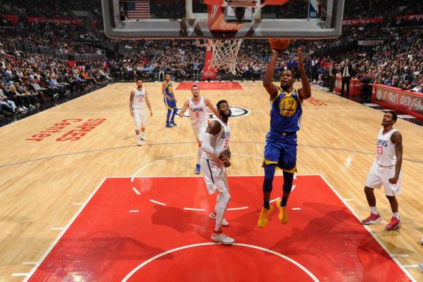 Kevin Durant #35 of the Golden State Warriors goes to the basket against the LA Clippers on October 30, 2017 in Los Angeles, California/ Photo:Andrew D. Bernstein/NBAE via Getty Images