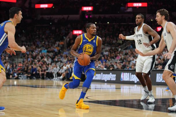 Kevin Durant of the Golden State Warriors handles the ball against the San Antonio Spurs on November 2, 2017 at the AT&T Center in San Antonio, Texas. Photo: Darren Carroll/NBAE via Getty Images