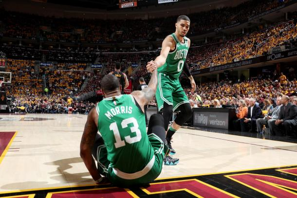 Marcus Morris y Jayson Tatum durante el último encuentro disputado en Cleveland. Foto vía: NBA.com