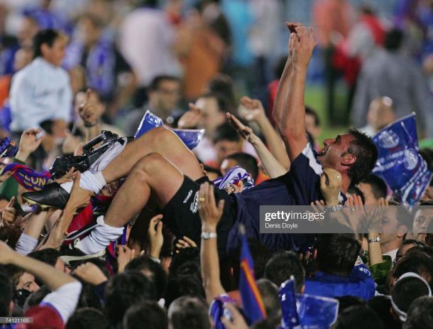 Pato Abbondanzieri manteado por la afición getafense tras el término del partido   Fuente: gettyimages