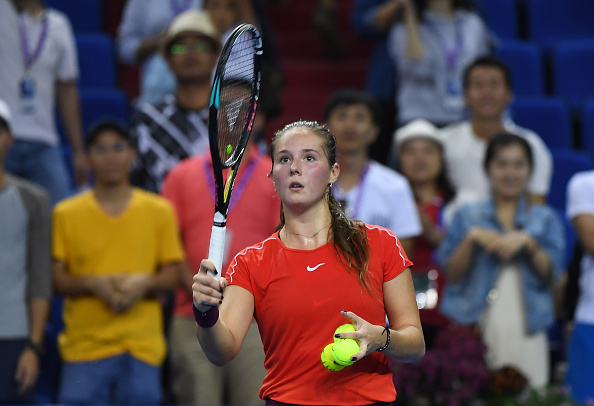 Daria Kasatkina sends a couple of signed tennis balls up the stands | Photo: Zhe Ji / Getty Images