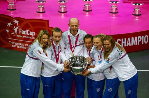 The Czech Republic Fed Cup team celebrates their triumph | Photo: Srdjan Stevanovic / Getty Images