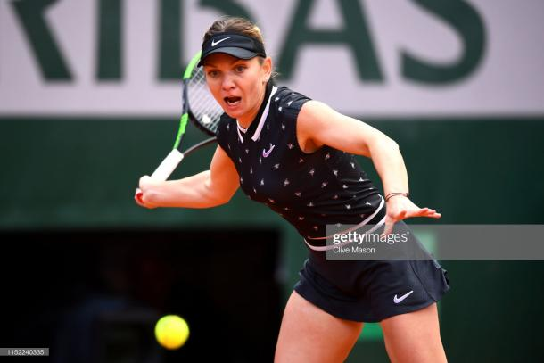 Halep in action on Court Philippe Chatrier (Getty Images/Clive Mason)