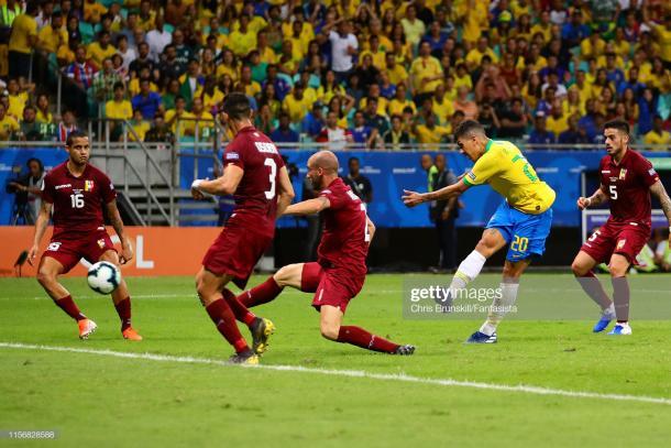 Villanueva bloqueando el tiro de Firmino / Foto: Getty images