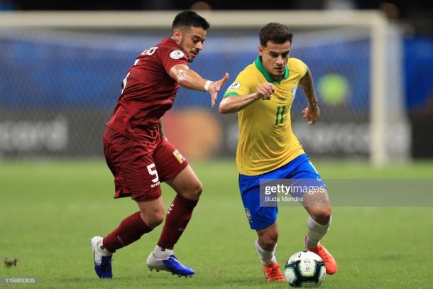 Moreno marcando a Philippe Coutinho, una postal constante en el partido / Foto: Getty images