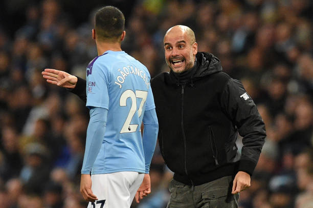 Guardiola aconsejando a Cancelo en un partido / Foto: Gettyimages