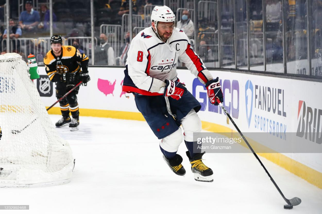 Alexander Ovechkin with the puck behind the Boston net/Photo: Adam Glanzman/Getty Images