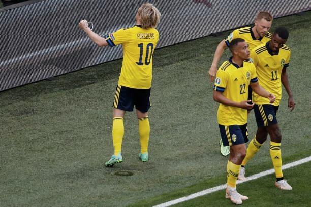 Forsberg celebra el gol mirando a los aficionados suecos en San Petersburgo
