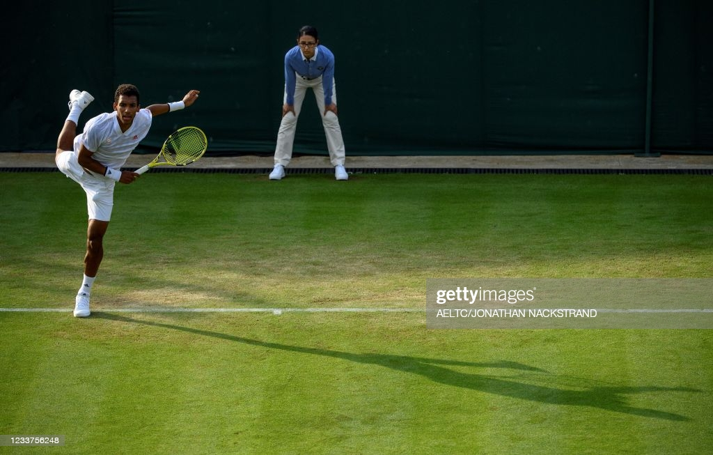 Auger-Aliassime serves in his second-round victory/Photo: AELTC/Jonathan Nackstrand/Pool/AFP via Getty Images