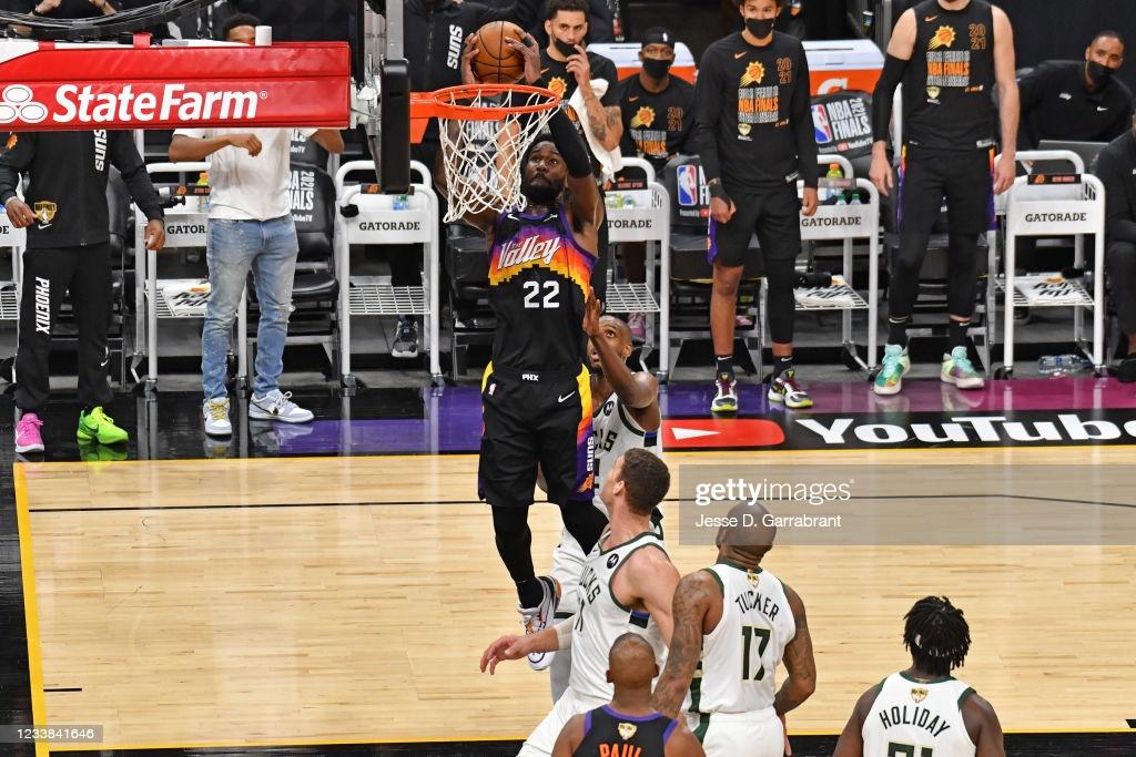 Ayton dunks over the Milwaukee defense/Photo: Jesse A. Garrabrant/NBAE via Getty Images