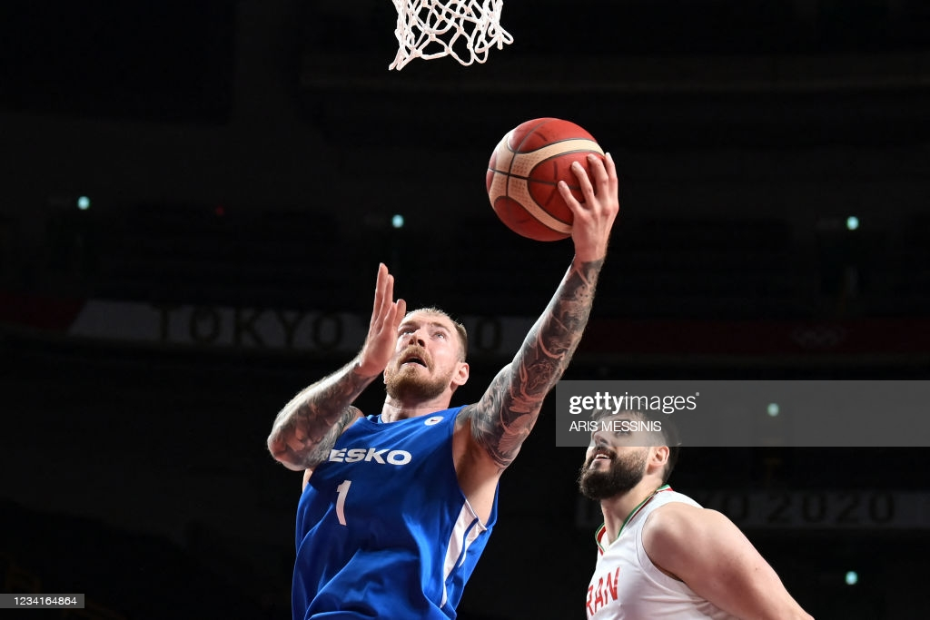 Auda drives to the basket in the Czech Republic's victory over Iran/Photo: Aris Messins/AFP via Getty Images
