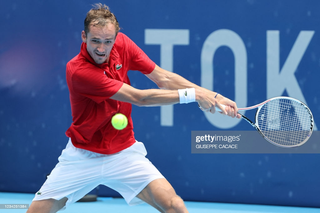 Medvedev hits a backhand in his third-round victory/Photo: Giuseppe Cacace/AFP via <b><a href='https://vavel.com/en-us/tennis-usa/2021/07/28/1079912-tokyo-2020-pablo-carreno-busta-outlasts-marin-cilic.html'>Getty Images</a></b>