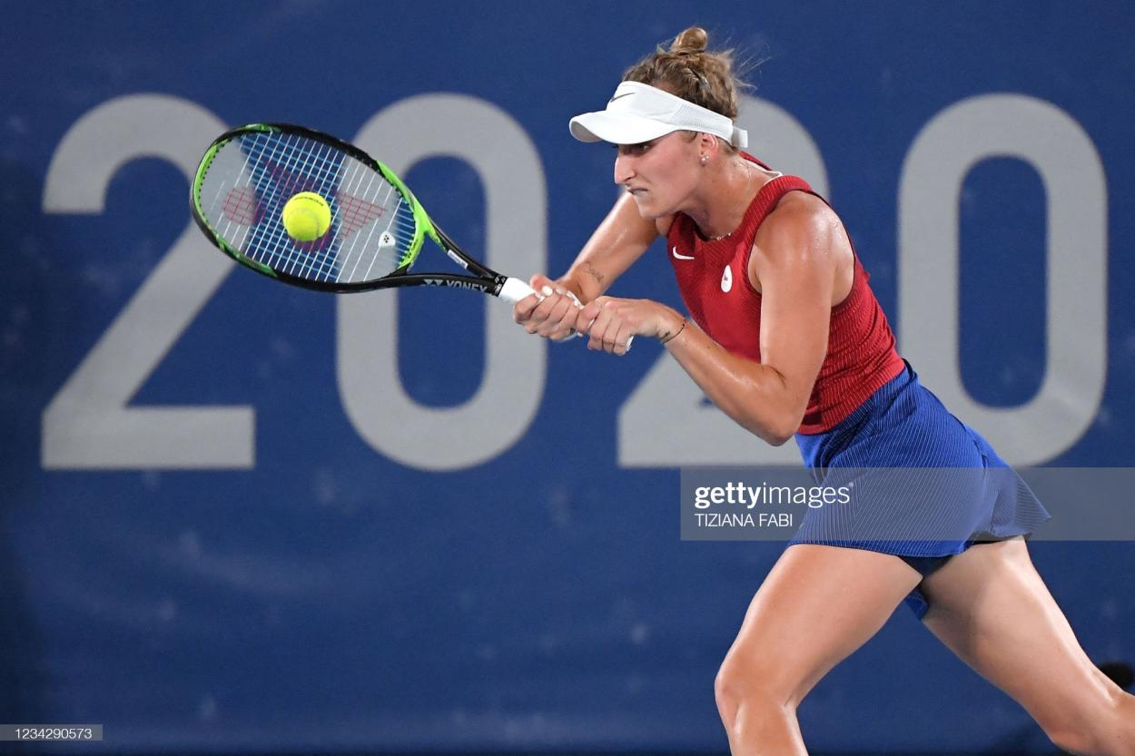 Vondrousova hits a forehand during her semifinal victory/Photo: Tiziana Fabi/AFP via <b><a  data-cke-saved-href='https://vavel.com/en-us/tennis-usa/2021/07/28/1079956-tokyo-2020-daniil-medvedev-beats-heat-fabio-fognini-for-quarterfinal-berth.html' href='https://vavel.com/en-us/tennis-usa/2021/07/28/1079956-tokyo-2020-daniil-medvedev-beats-heat-fabio-fognini-for-quarterfinal-berth.html'>Getty Images</a></b>