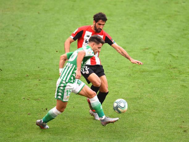 Álex Moreno tratando de retener el balón ante Raúl García | Fotografía: @alexmoreno