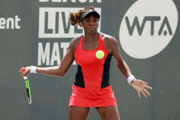 Venus Williams hits a forehand during her match against sister Serena in Lexington/Photo: Dylan Buell/Getty Images