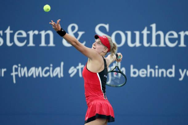 Yastremska serves to Willians during their first round match at the Western and Southern Open/Photo: Matthew Stockman/Getty Images