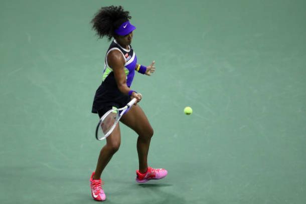 Osaka hits a forehand against Doi/Photo: Al Bello/Getty Images