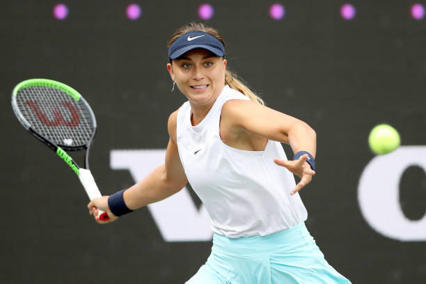 Badosa plays a forehand during her upset of Barty in the Charleston quarterfinals/Photo: Matthew Stockman/Getty Images