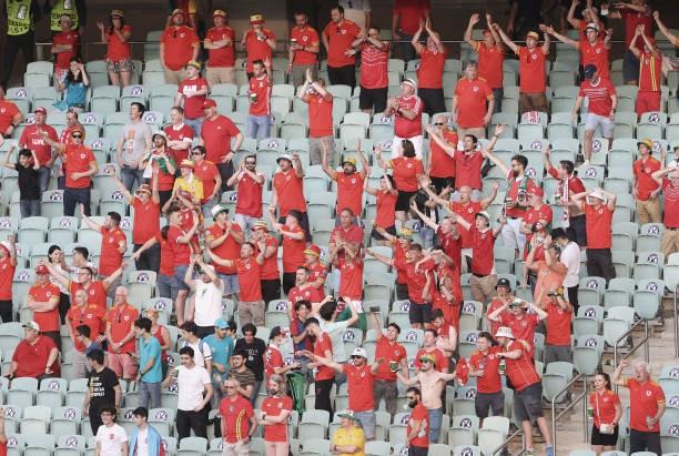La afición de Gales dio colorido al enorme y frío Estadio Olímpico de Bakú.