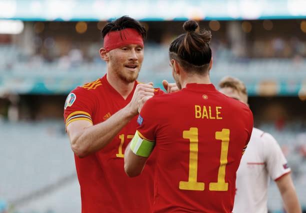Moore celebra con Bale el tanto del empate. Foto: Getty Images