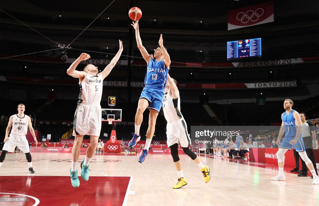 Fontecchio attempts a shot over Germany defender Niels Giffey at the Saitama Super Arena/Photo: Gregory Shamus/Getty Images